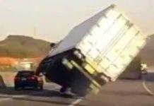 Un camion dangereux manque de se renverser