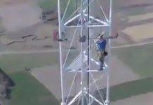 Réparateur grimpe en haut d'une antenne