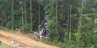 Un saut périlleux à moto de folie
