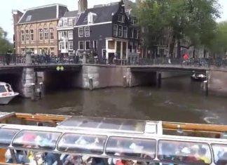 Grosse circulation fluviale sur les canaux d'Amsterdam