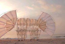 Sculpture en plastique de Theo Jansen