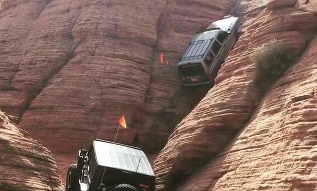 Deux 4/4 escaladent une falaise