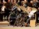 Un p'tit gars avec une batterie enfant dans un orchestre