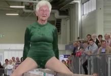 Dame de 91 ans fait des barres parallèles