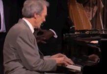 Clint Eastwood musicien joue du blues sur scène