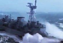 Bateau avance dans des paquets de mer monstrueux