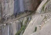 Voiture sur une route au bord d'un précipice