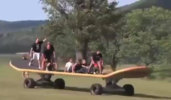 Skateboard géant dans la campagne
