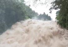 Rapide monstrueux après le grossissement d'une rivière avec la pluie