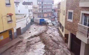 Rivière en crue et inondation dans la rue