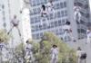 Musiciens suspendus dans les airs au Brésil