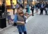 gamine joue du elvis au violon
