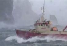 Un bateau de pêche dans la tempête